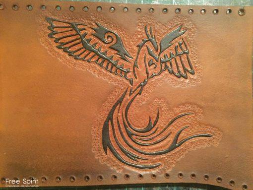Mathieu est un artisan du cuir réalisant des armures, casques et accessoires en tout genre. Mathieu avait collaboré une première fois avec le Free Spirit sur le projet Apokalypse. Il nous avait proposé un peu moins d'une dizaine d'armures. Passionné par les jeux de rôle grandeur nature, il rejoint l'Emajinarium et réalise une ceinture en cuir unique pour l'un des personnages majeurs : Ka. Ka, comme plusieurs de nos personnages, a fait l'objet d'une création impliquant plusieurs artistes : graphiste, makeup artists, créateurs d'accessoires. Ce personnage au fort charisme se doit d'être unique. Mathieu a alors pris connaissance des caractéristiques de Ka, son environnement, ses talents afin de designer et réaliser une ceinture à l'image de celui-ci. Notre artisan du cuir réalise une magnifique ceinture dont nous sommes plus que satisfait et qui fera pleinement partie de l'identité du personnage.